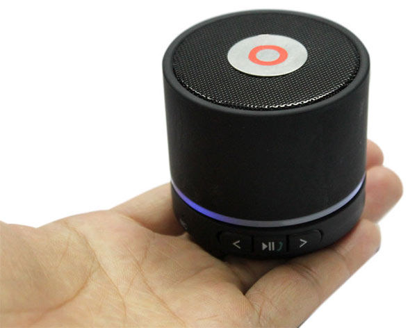 Компактная Стерео-колонка портативная, с автономным питанием и съёмным аккумулятором. Удобна для подключения планшета, ноутбука, мобильного телефона, MP4-плеера и пр.