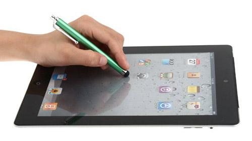 Стильная, удобная Стилус-ручка значительно облегчает управление емкостныи и резистивным сенсором, не оставляя следов на поверхности экрана.